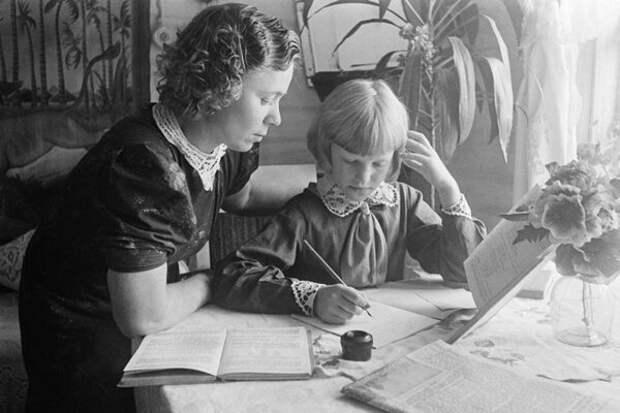 Делаем уроки под присмотром родителей.