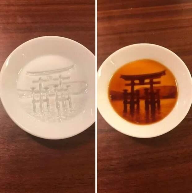 Святилище Ицукусима Синто появляется на дне тарелки, когда в нее наливают соус