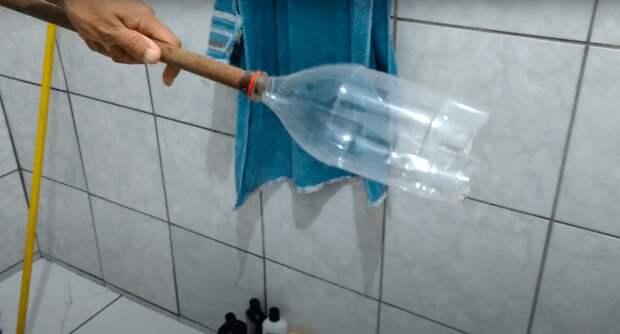 Устранить засор с помощью обычной пластиковой бутылки