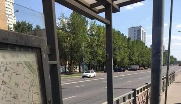 На остановке «Кинотеатр «Полярный»» заменили разбитое стекло
