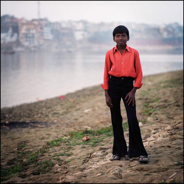 Индусы не дураки стильно одеваться - яркая рубашка, штаны-клеш, расческа в кармане, все по стандартам болливудских фильмов.