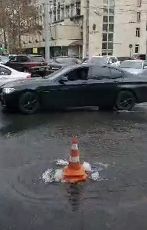 В центре Симферополя парковку залило водой. Коммунальщики объяснили причину