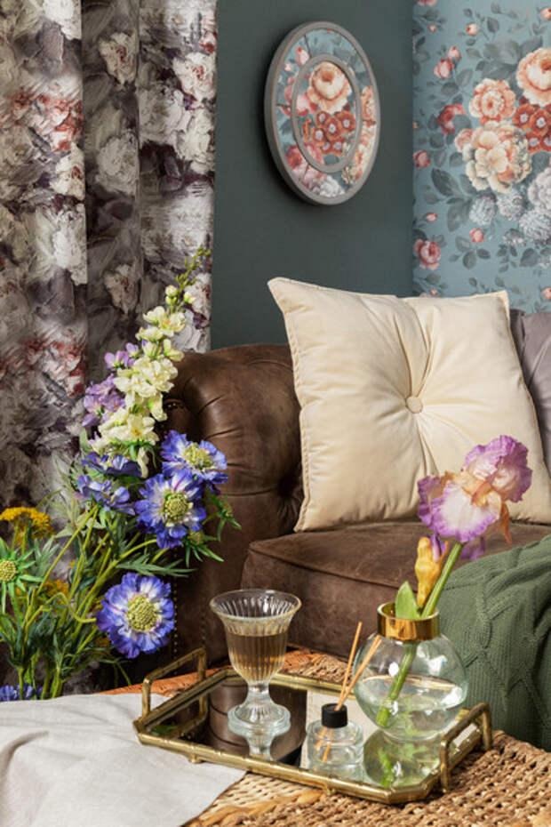 Что повесить на стены с цветочными обоями: советы дизайнера