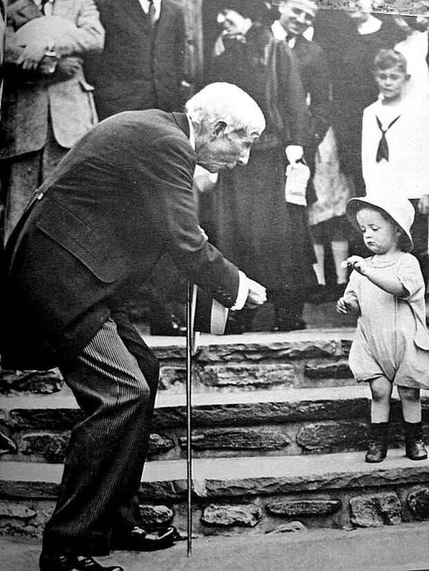 Щедрейший был человек. Джон Д. Рокфеллер дарит пятицентовую монету ребенку на свое 84-летие, 1923 г. Весь Мир, история, фотографии