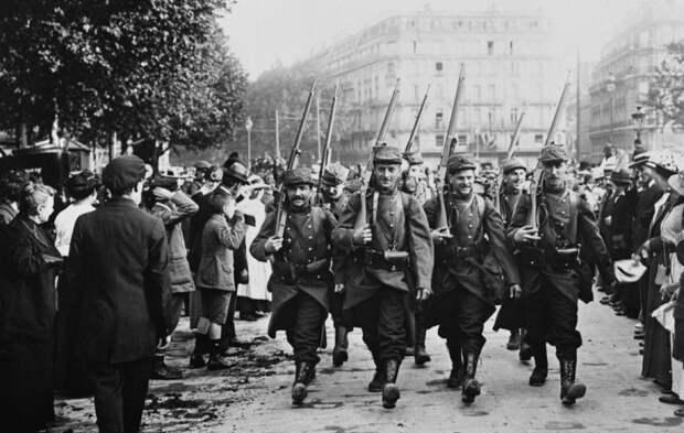 На начальном этапе Первой мировой войны касок не было почти ни у кого. |Фото: livejournal.com.