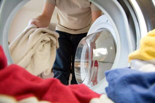 Берем таблетку для посудомоечной машины и загружаем в стиральную машину… Не знаю как, но работает!
