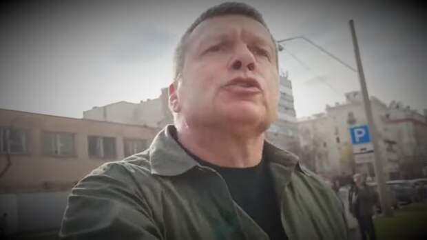 Телеведущий Владимир Соловьёв вырвал телефон у собеседника. Раздражение журналиста вызвал вопрос об иностранных агентах на ТВ