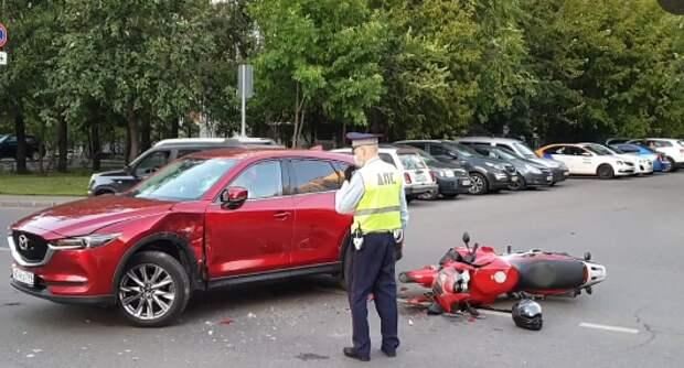 На Каргопольской водитель автомобиля не уступил дорогу мотоциклисту и устроил ДТП