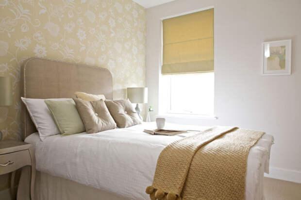 Небольшое пространство спальной комнаты нуждаются в визуальном расширении при помощи отделки в белоснежных тонах.