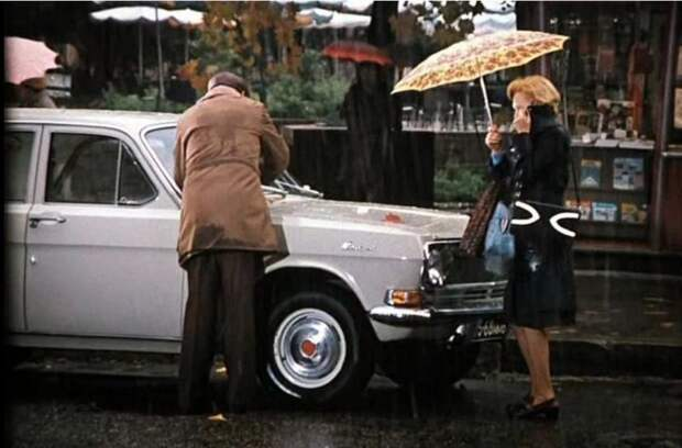 Времена известно какие, так что на ночь снимали боковые зеркала, а дворники вешали только непосредственно перед дождём. Оставишь щётки или зеркало без присмотра - могут спереть. авто, волга, газ, газ-24, кино, ретро авто, служебный роман, советское кино