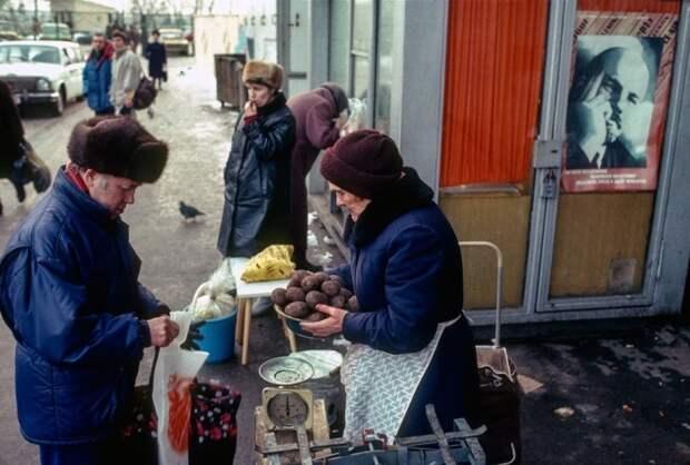 Интересная фотография из повседневной жизни советских граждан. СССР, Москва, 1989 год. Автор фотографии: Chris Niedenthal.