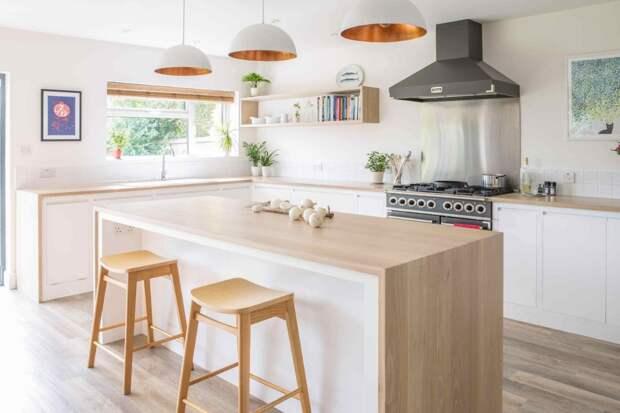 столешница из светлого дерева в дизайне белой кухни