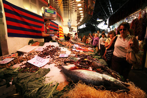 Самой популярной частью рынка считается мясной и рыбный отделы. Особую ценность здесь представляет сыровяленый окорок (хамон) из иберийской свиньи с чёрным копытцем. (Claudine Co)