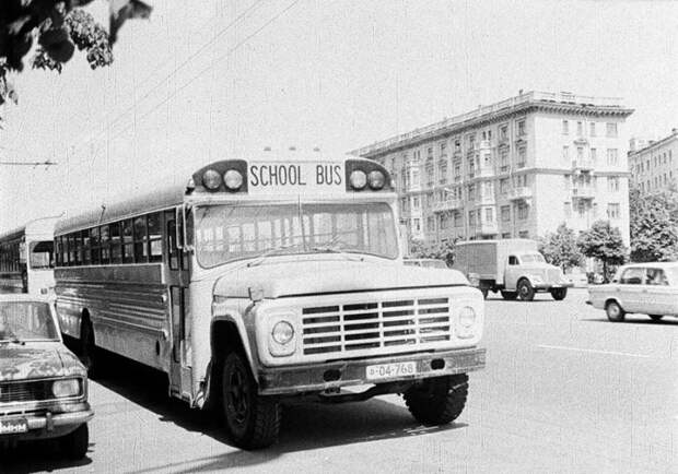Школьный автобус рядом с посольством США в Москве.