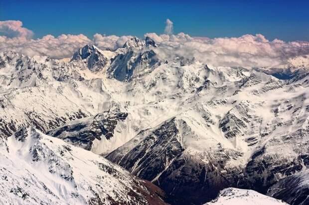 Спасатели ищут двух пропавших альпинистов на Эльбрусе