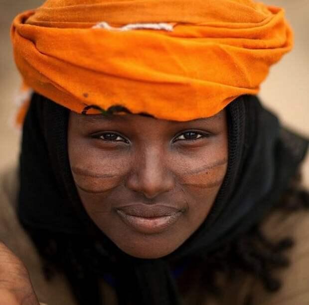 Женщина в оранжевой чалме