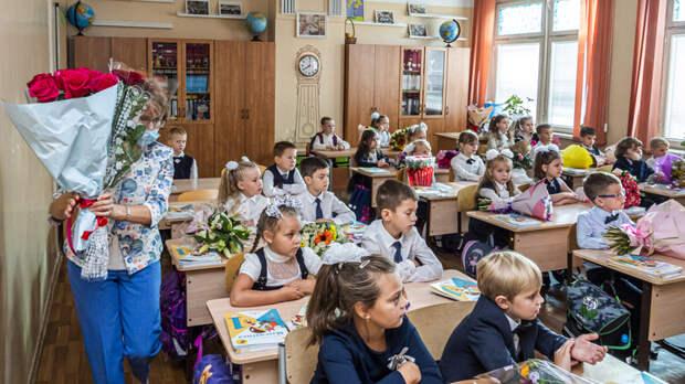 """Учителя пропадут из школ? Родители напуганы мерой Собянина: """"Под шум COVID рушится образование"""""""