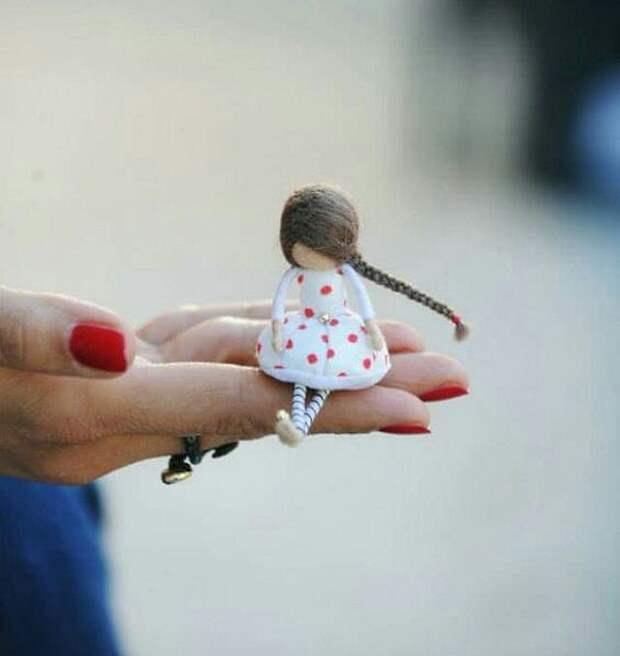 Brooch girl doll