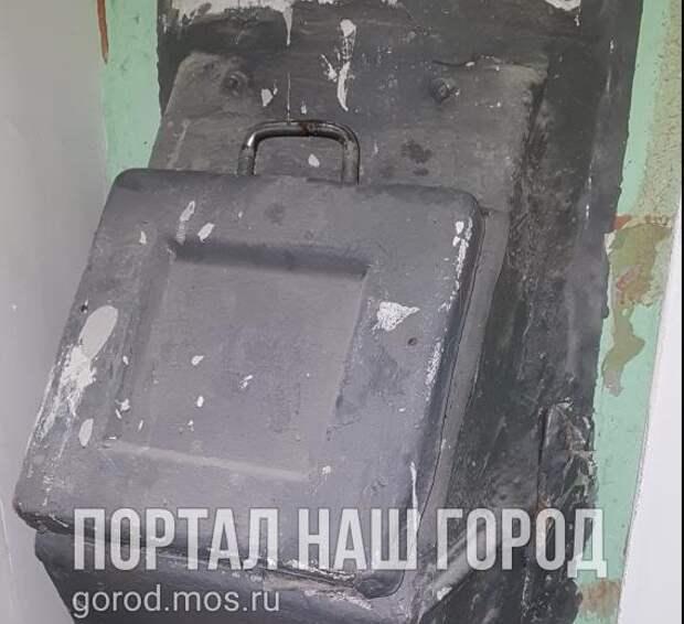 На улице Фабрициуса разбили ствол мусоропровода