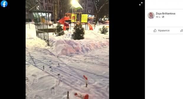 На детской площадке на Донецкой обнаружили опасно торчащие железные штыри