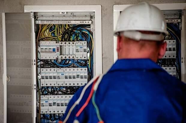 В доме на улице Свободы привели в порядок электропроводку