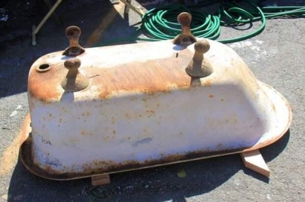 Семья сначала хотела выбросить старую ванную, но муж нашел ей другое применение