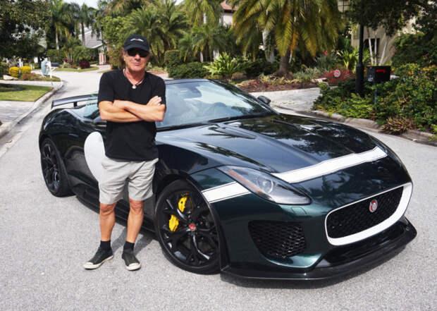 Брайана Джонсона непросто узнать без его знаменитой «шоферской» кепки.   Фото: maxim.com.