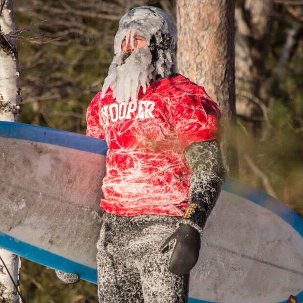 Американский серфер прославился заплывами в мороз: фото о том, почему над ним смеется весь штат