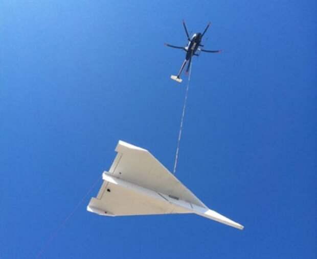 Вертолет с бумажным самолетом