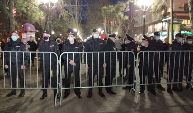 Сбивающие заграждения участники митинга вРостове попали навидео
