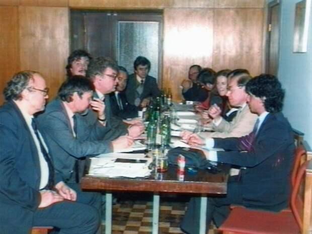 Переговоры в ТАСС. Крайний справа - Кинорежиссёр Ирвинг Шворц, сын Альберта Шворца. Рядом с ним - Риз Шонфельд. Слева: Полосянц, Субботин, Ершов, Макурин, Голдстин.