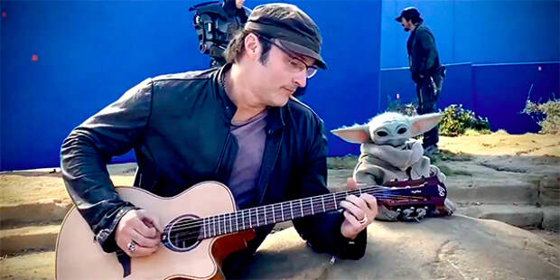 Роберт Родригес развлекает малыша Йоду игрой на гитаре