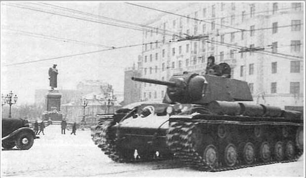 Младший лейтенант П.Д. Гудзь на своём танке КВ-1 движется в сторону Красной площади для участия в Военном параде 7 ноября 1941 года. Велика Отечественная война, История Родины, СССР