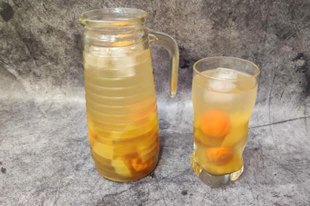 Фото к рецепту: Домашний яблочный компот с курагой