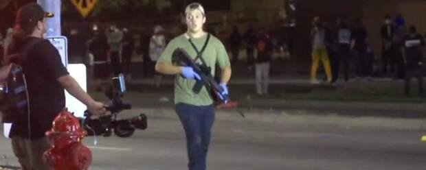 17-летнего американца, стрелявшего по протестующим, арестовали