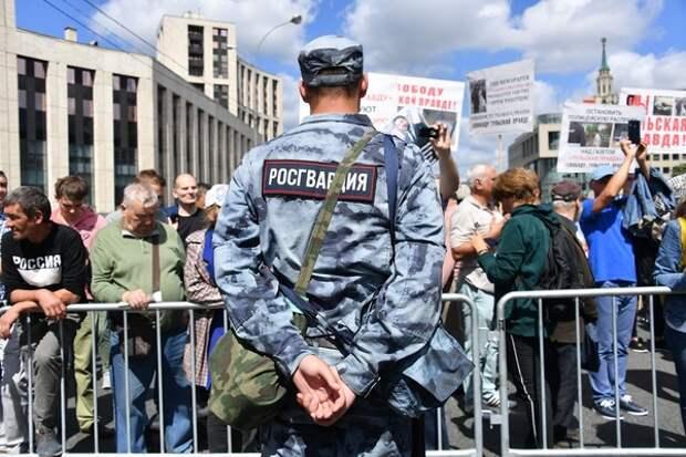 В Росгвардии подтвердили, что в центре Москвы загорелся служебный автомобиль ведомства
