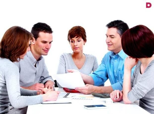 родители сидят с учителем за одним столом