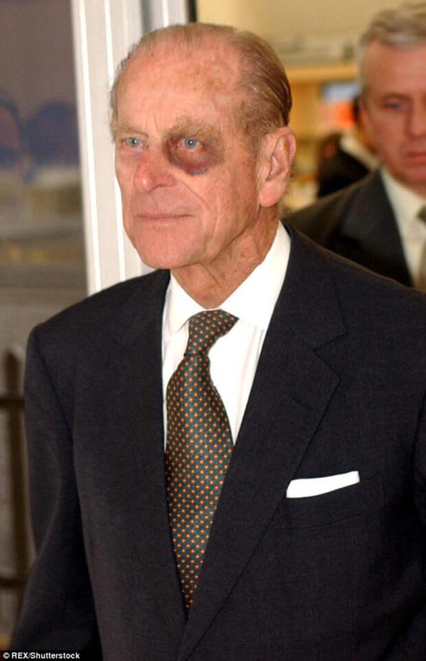 Королевские особы также фотографировались с этим знаком, включая принц
