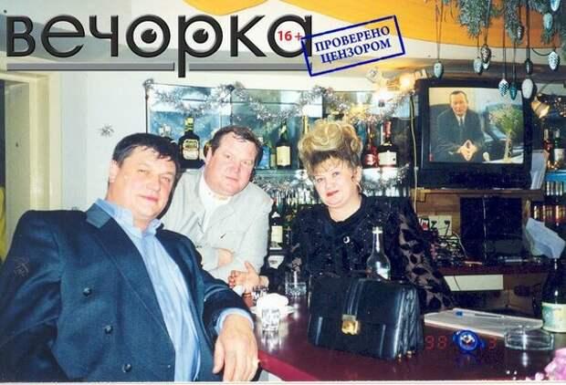 """Лидеры """"Ключевских"""" отмечают новогодние праздники в одном из баров Читы на фоне телевизионного выступления тогдашнего губернатора Читинской области Равиля Гениатулина."""