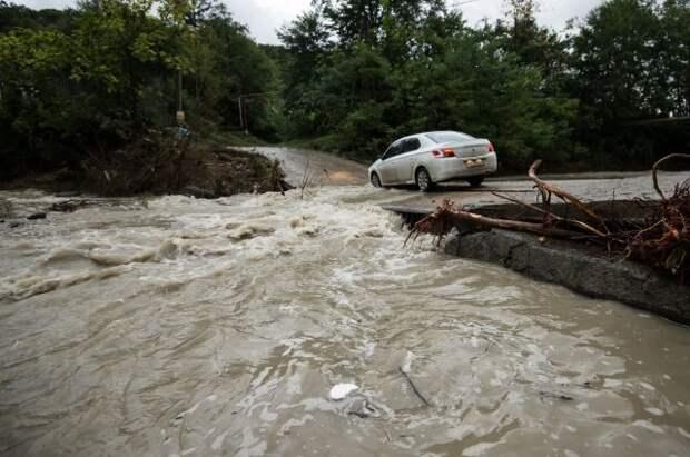 Спасатели нашли тела трех пассажиров машины, снесенной течением реки в Сочи