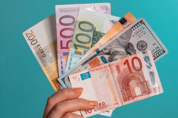Евро и доллар подорожали на торгах Мосбиржи