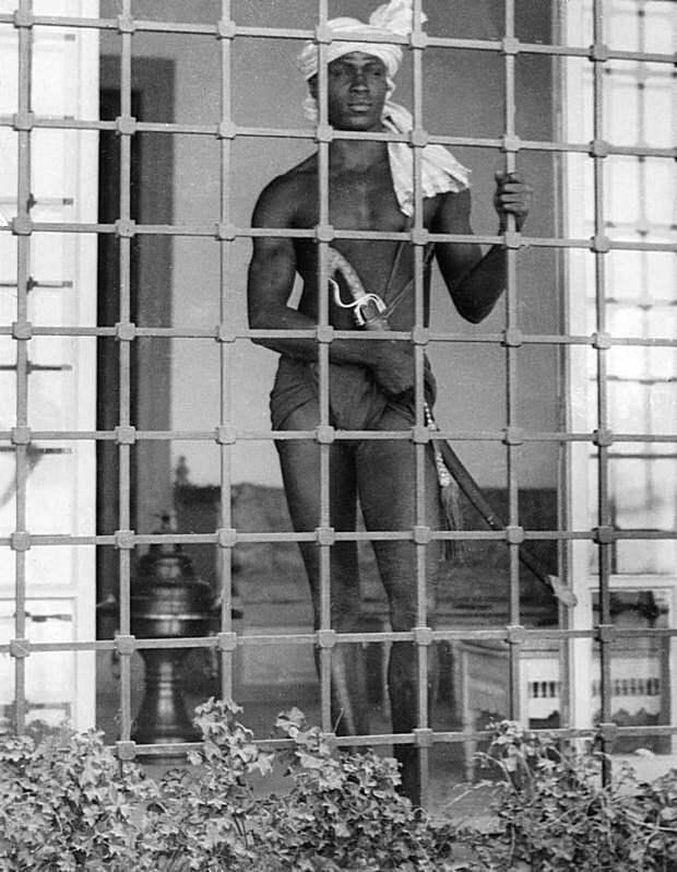 Евнух охраняет гарем, Тунис, 1931 г. Весь Мир, история, фотографии