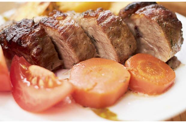 Фото к рецепту: Свинина в рукаве с картошкой и морковкой