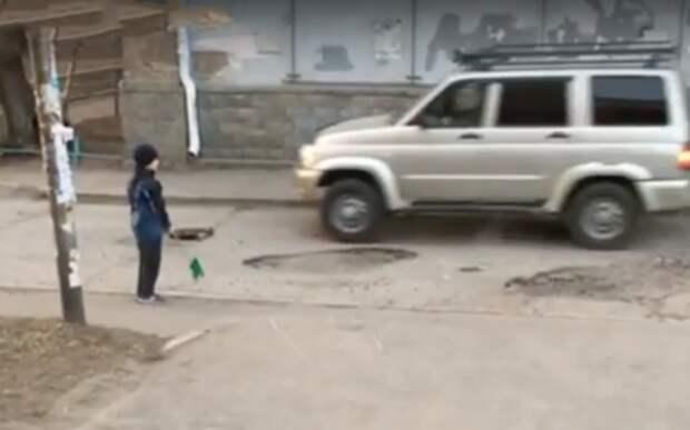 Милота: мальчик с лопаткой помогает дорожникам