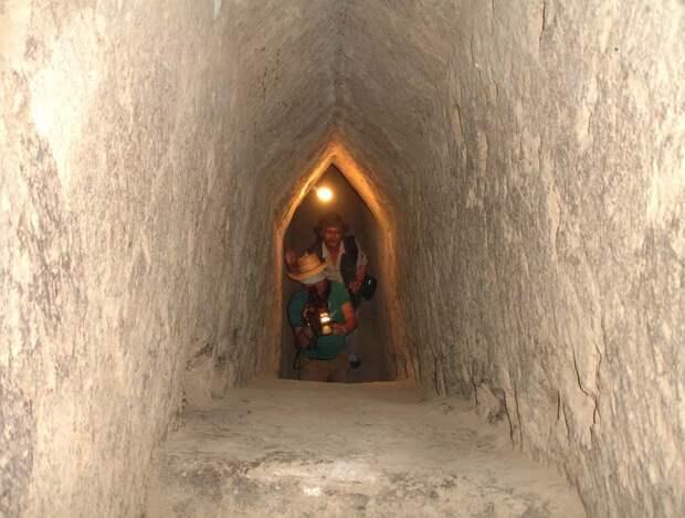 "Вид с верхней точки наклонного коридора (""Древняя Мексика без кривых зеркал"" А. Ю. Скляров)"