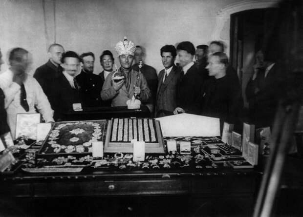 Новый большевицкий царь... (шутка, правда грустная). Это член иностранной комиссии, которому дали примерить царские регалии.