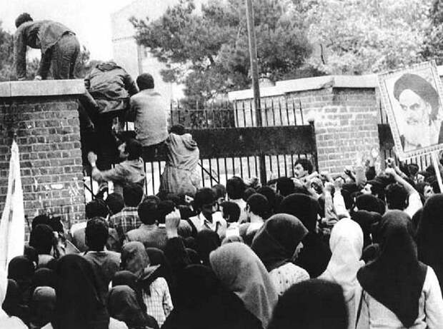 Иранские студенты у посольства США в Тегеране.