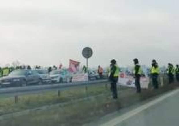 Фермеры перекрыли трассу в Польше