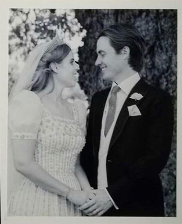 Сара Фергюсон поделилась тремя новыми снимками со свадьбы принцессы Беатрис