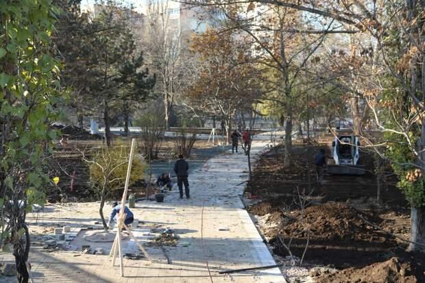 Рабочие заканчивают благоустройство площади возле симферопольского Дворца культуры профсоюзов